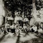 Badacze grodziska Rauna Tanīskalns na Łotwie, 1927 r. F. Jakobson w środku pierwszego rzędu, obok niego prof. F. Balodis (w krawacie; Archeologiczne dziedzictwo 2011, 19).