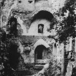 Zamek krzyżacki w Bałdze w 1990 r. (Bitner-Wróblewska A., Nowakiewicz T., Rzeszotarska-Nowakiewicz A. 2011, 107).